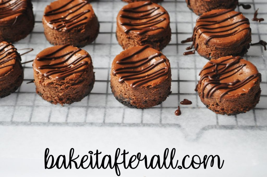 cheesecakes with drizzled chocolate on top